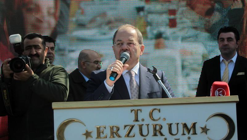 Bakan Akdağ, kadınlara kırmızı karanfil dağıttı