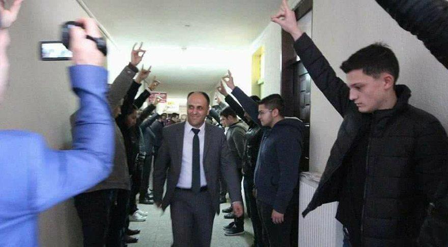 A KParti'li vekil ve başkana Ülkücülerden 'bozkurtlu' karşılama