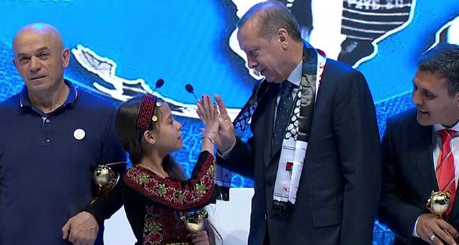 Erdoğan küçük kıza 'Rabia'yı öğretti