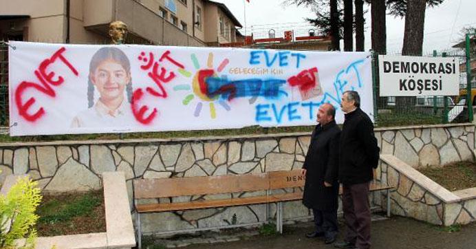 CHP'nin referandum afişine saldırı