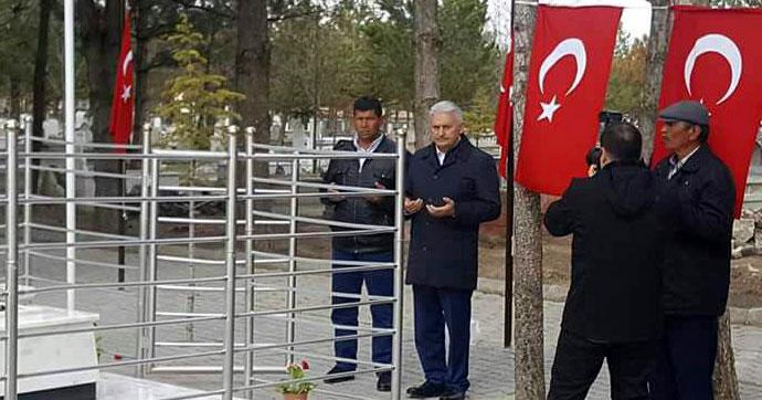 Yıldırım, şehit Halisdemir'in mezarını ziyaret etti