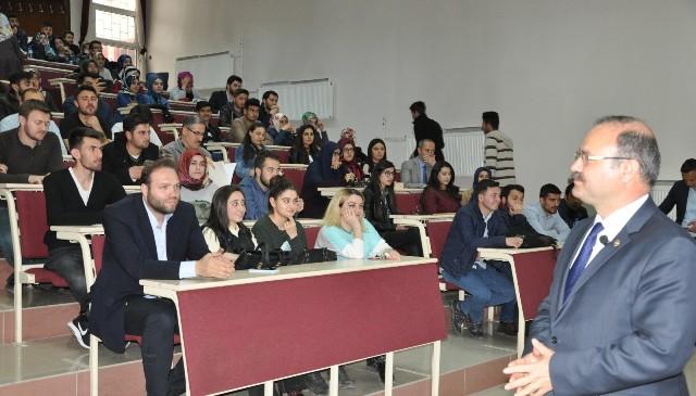 Deligöz, üniversite öğrencilerine referandumu anlattı