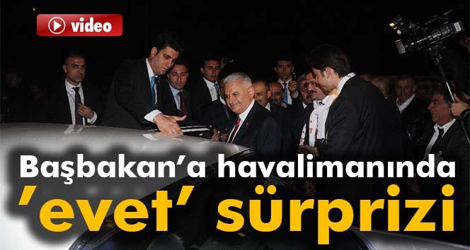 Başbakan'a havalimanında 'Evet' sürprizi
