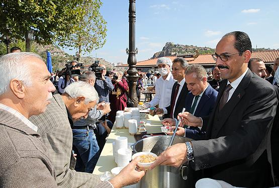 Erdoğan'ın Talimatıyla 13 İlde Vatandaşlara Aşure İkram Edildi